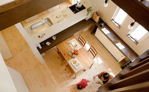 天然素材や漆喰の内装・開放的な空間が心地良いリビング