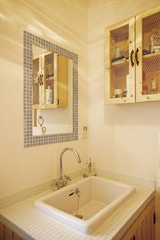 レトロ調のタイルがおしゃれな洗面所(シノスタイル・木もれ陽物語)