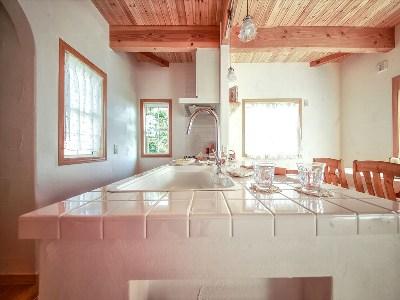 タイルを使用した広々キッチン(イズヤマリゾート)