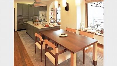 ダイニングテーブルと一体化したアイランドキッチン(住友林業)
