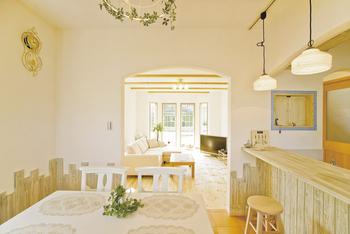 スイス漆喰の壁が味わい深い柔らかな色調のダイニング(シノスタイル・木もれ陽物語)