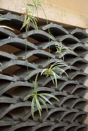 旧宅の燻瓦を再利用したオブジェ(住友林業)