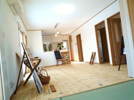 大賢工務店の施工例5_木材と漆喰を使ったリビング