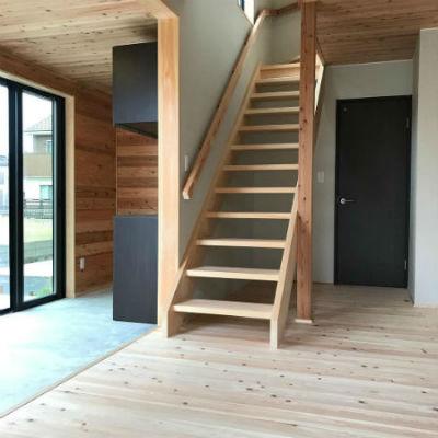 よしこホームの施工例_無垢ひのきのスケルトン階段