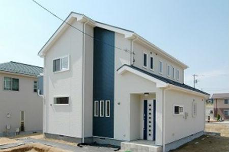 ディアホームの施工例1_鮮やかなブルーが目を引く外観