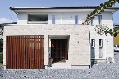 ディアホームの施工例2_木材の格子がある注文住宅