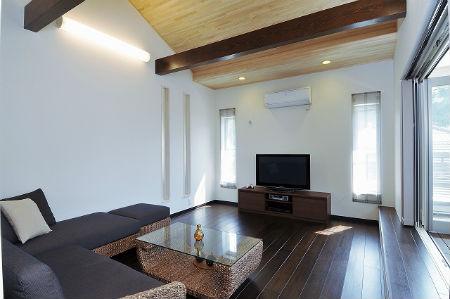 ディアホームの施工例3_天井板がすてきな明るいリビング