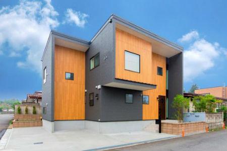 エステージの施工例4_木目調×タイル調サイディングのモダンな家