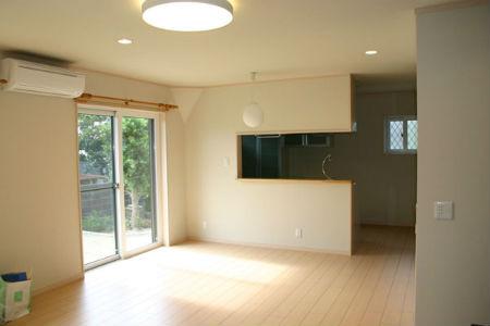 スズユウ工務店の施工例4_対面式のセミオープンキッチンを設けたリビング・ダイニング