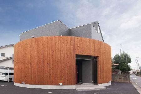 タクト設計事務所の施工例3_天然木で覆われた特徴的な住まい