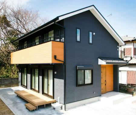 秋葉工務店の施工例の施工例_グレーと木材を組み合わせた外観