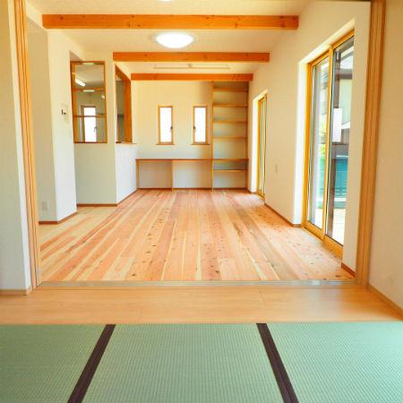 秋葉工務店の施工例_木の温かみが感じられる部屋