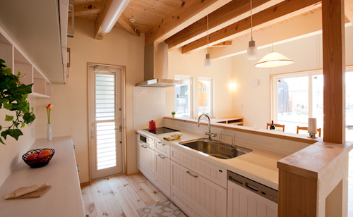 ローコストかつ味わいあるデザインのキッチン