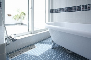 陽当たりと風通しの良い清潔感のあるバスルーム(シノスタイル・木もれ陽物語)