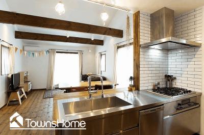 コンパクトな空間を活かした開放的なキッチン(タウンズホーム)