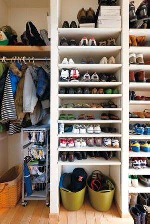 家族全員の靴を収納できるシューズクローク(住友林業)