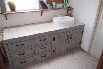 広いスペースと収納を確保した洗面室(シノスタイル・木もれ陽物)