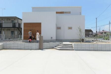 山本工務店の施工例1_真っ白な外壁×木材の家