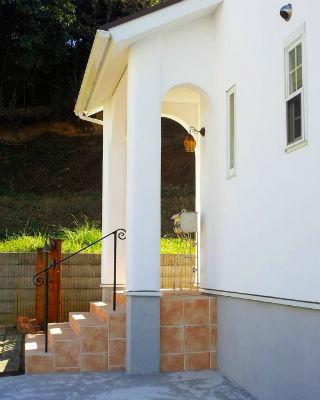 シノスタイルの南欧風玄関横