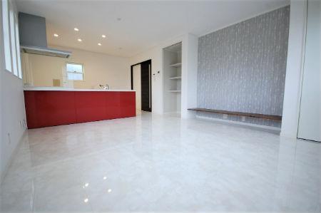 創建住販の施工例4_白×赤のエレガントなデザイン