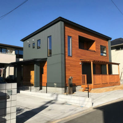 よしこホームの施工例_モスグリーン×木材のカラーリングが目を引く住宅