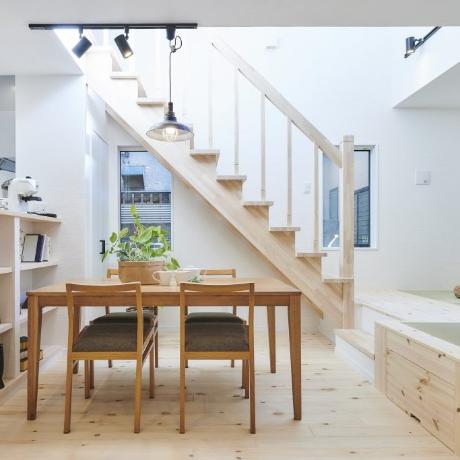 優しい光が差し込む自然素材の家