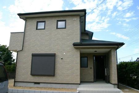 スズユウ工務店の施工例1_大きな庇がある、落ち着いたデザインの家