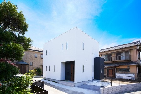 タクト設計事務所の施工例1_青空に映えるスクエアハウス